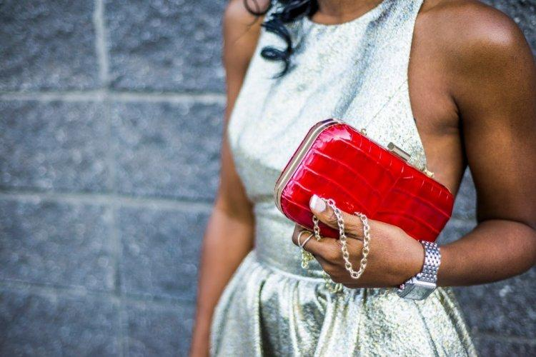 Red clutch in a wedding look